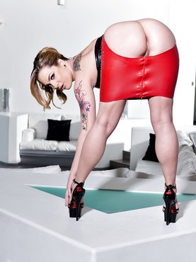 Порно картинки Попа выглядывает из красно юбки скачать бесплатно