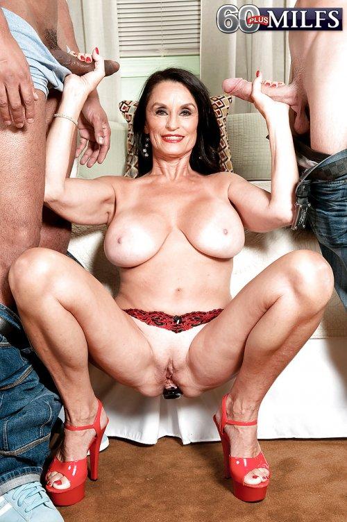 Дама мастурбирует двум жеребцам