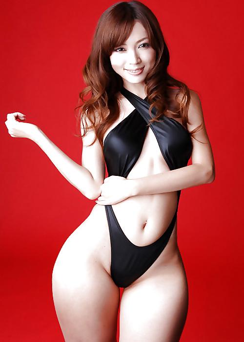 Азиатка  с большими бедрами в коже купальника