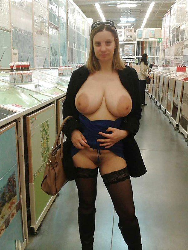Показала грудь на людях