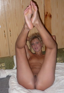Зрелая гимнастка показала растяжку и не только