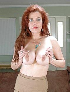 Рыжая ласкает большую грудь