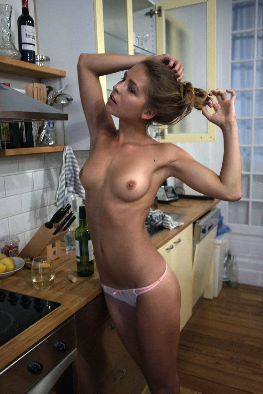 Утро на кухне с голыми сиськами