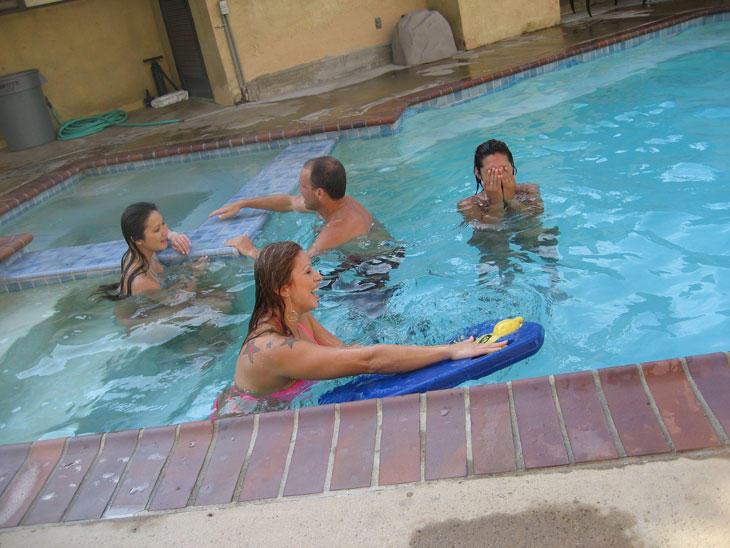 Порно картинки Решили в басейн сходить скачать бесплатно