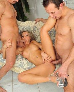Порно картинки Друзья рвут дыры красотки на диване скачать бесплатно