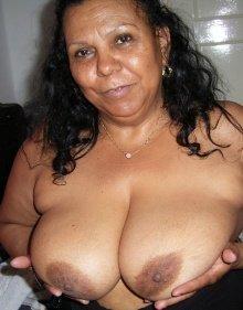 Порно картинки Зрелая мулатка показывает грудь скачать бесплатно