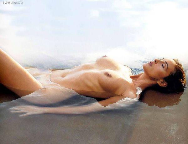 Моника Белучи загорает на пляже