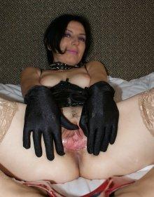 Порно картинки Женщина в перчатках демонстрирует волосатую киску скачать бесплатно