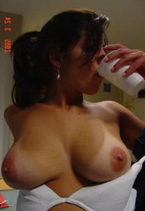 Загорелая грудь милашки