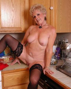Мама показала свои прелести на кухне