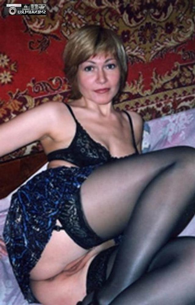 Порно картинки Разлеглась в чулках и показывает пизду скачать бесплатно