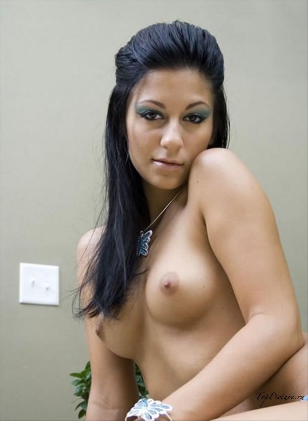 Эротично показала грудь