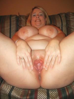 Жирная тетка показала пизду