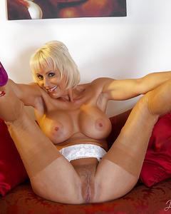 Сочная зрелая женщина показывает свои дырочки