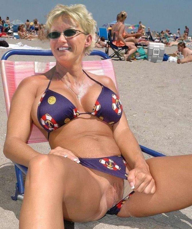 Зрелая тетушка в купальнике