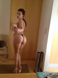 Порно картинки Жопастая у зеркала скачать бесплатно