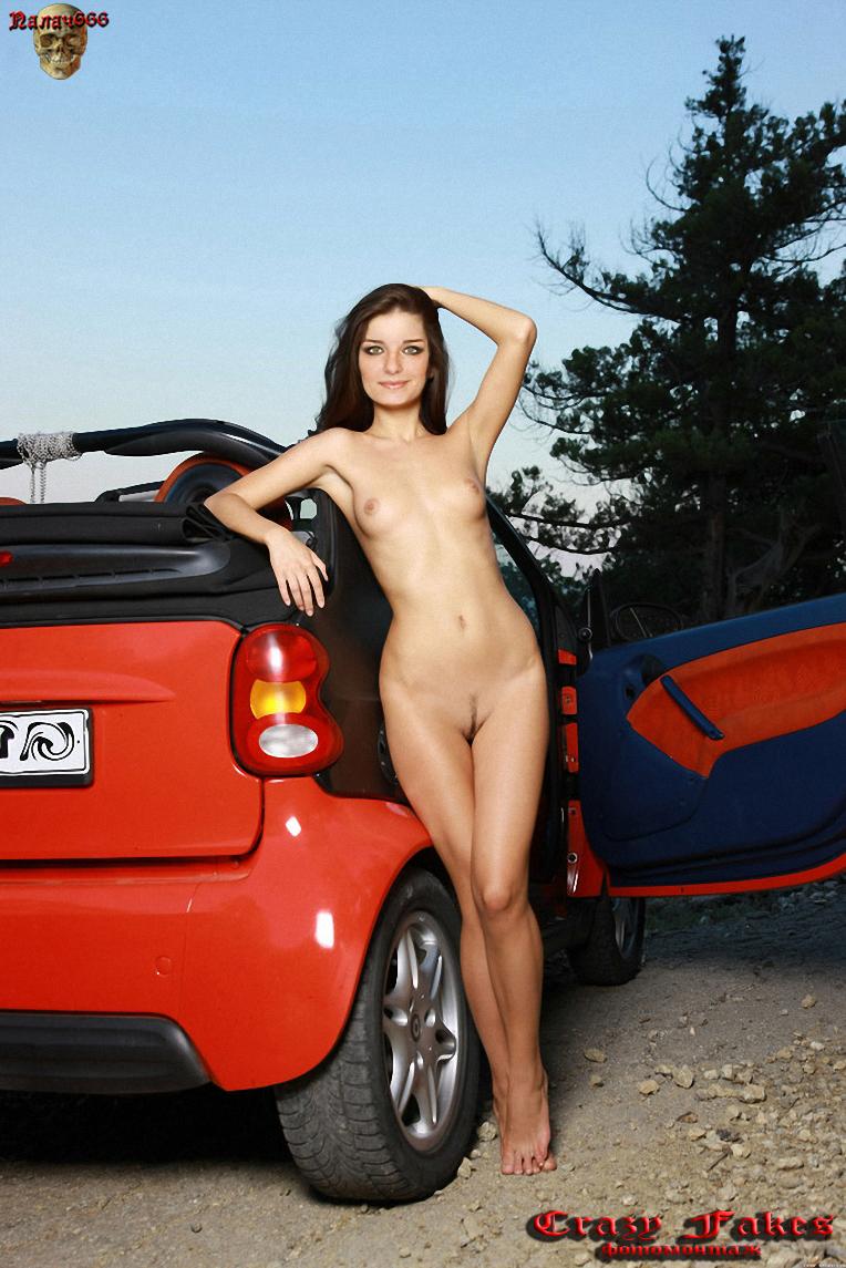 Настя Сиваева возле машины своего парня без одежды
