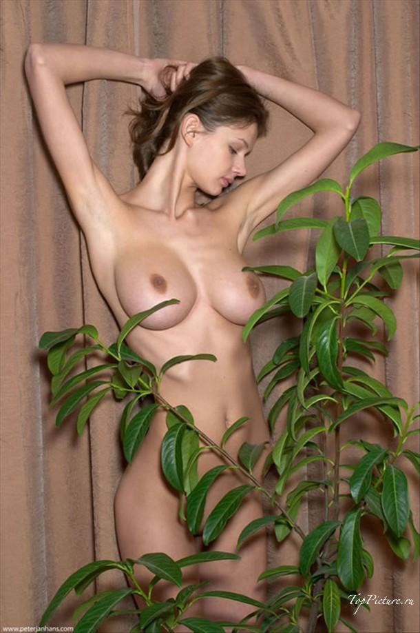Голая грудь в цветах