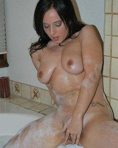 Мыльная милашка ласкает киску в ванной
