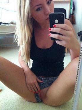 Блонда показывает свою киску