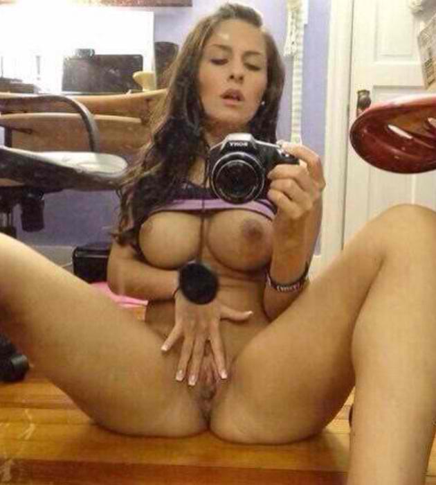 Порно картинки Демонстрирует свой жар фоткой голой киски скачать бесплатно