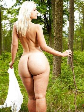 Жопастая гуляет в лесу
