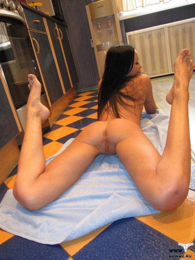 Порно картинки Разлеглась на полу скачать бесплатно