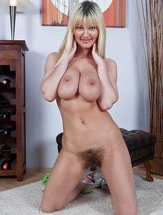 Грудастая блонда с волосатой киской