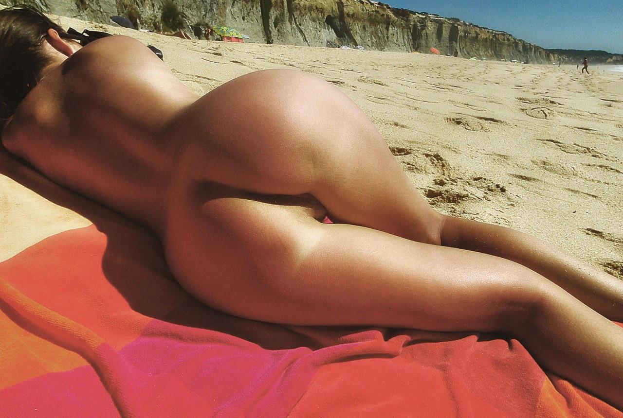 Попец загорает на пляже
