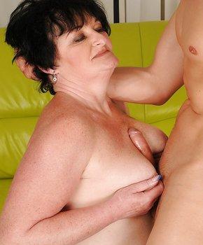 Ласкает член грудью