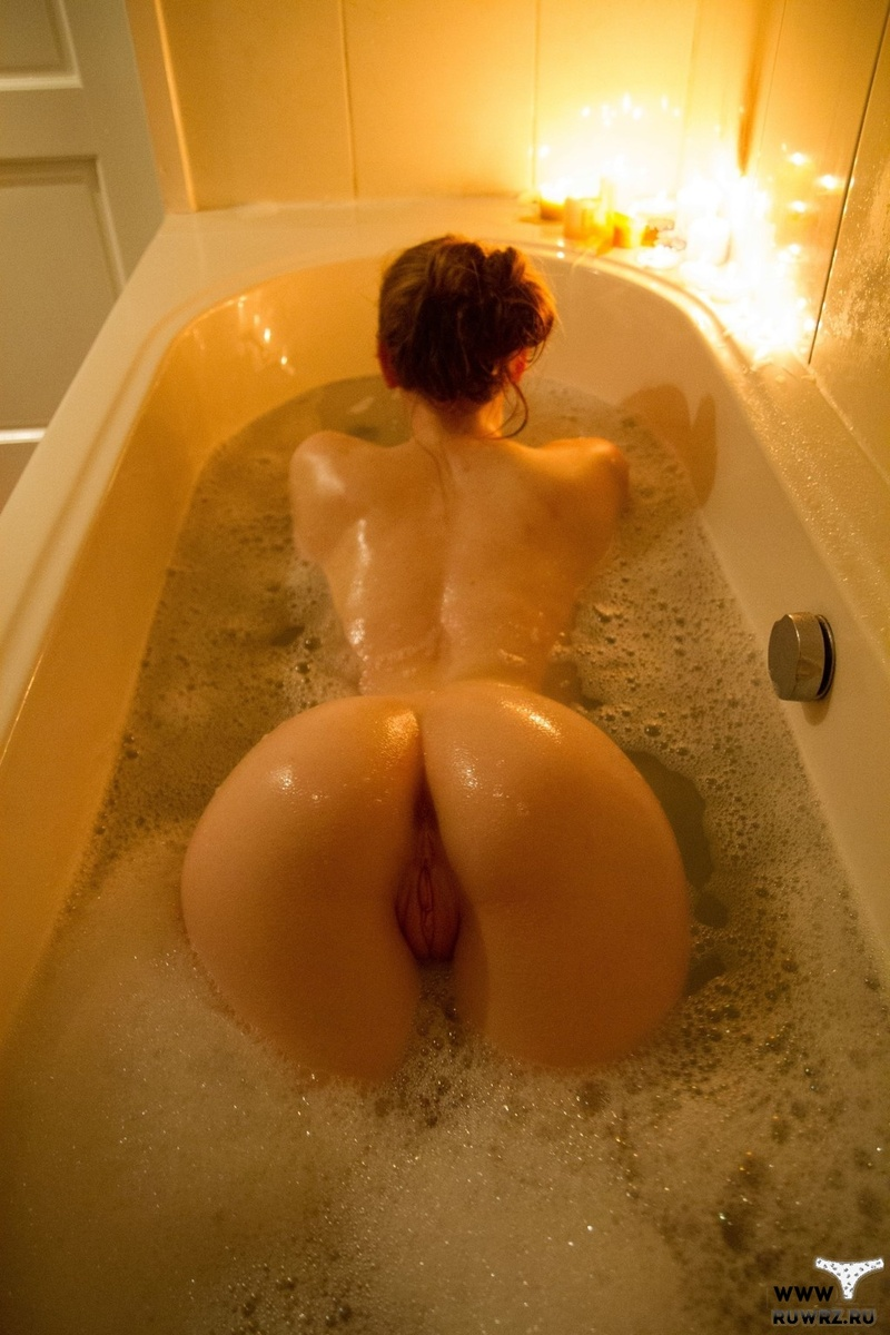 Красотка в ванной показала свой  вареник